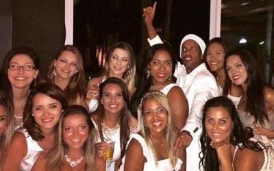 Ronaldinho recebe o Ano Novo rodeado de 13 mulheres