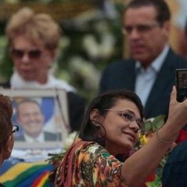Selfie ao lado de caixão de Eduardo Campos gera indignação na web